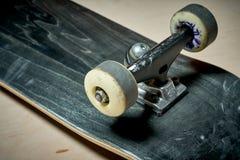 Χρησιμοποιημένο skateboard σε ένα ξύλινο υπόβαθρο Στοκ Φωτογραφία