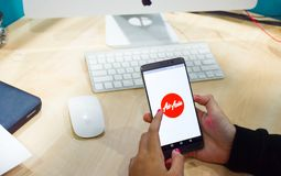 χρησιμοποιώντας τα κινητά apps smartphone σε απευθείας σύνδεση Στοκ Φωτογραφίες