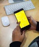 χρησιμοποιώντας τα κινητά apps smartphone σε απευθείας σύνδεση Στοκ φωτογραφία με δικαίωμα ελεύθερης χρήσης