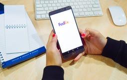χρησιμοποιώντας τα κινητά apps smartphone σε απευθείας σύνδεση Στοκ Φωτογραφία