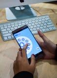 χρησιμοποιώντας τα κινητά apps smartphone σε απευθείας σύνδεση Στοκ Εικόνα