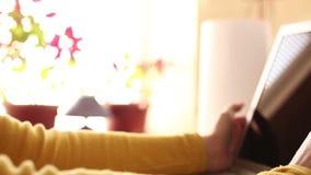 Χρησιμοποιώντας τις σύγχρονες τεχνολογίες στο σπίτι απόθεμα βίντεο