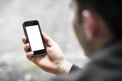 Χρησιμοποιώντας το κινητό έξυπνο τηλέφωνο υπαίθριο στοκ εικόνα
