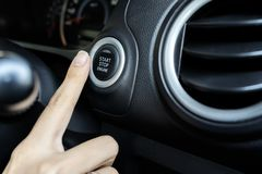 Χρησιμοποιώντας το κουμπί ώθησης για να αρχίσει και να σταματήσει τη μηχανή, το δάχτυλο της γυναίκας πιέζει στοκ φωτογραφίες