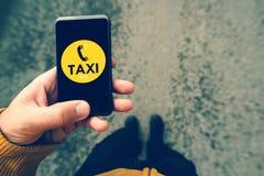 Χρησιμοποιώντας το smartphone κινητό app για να καλέσει το ταξί Στοκ Εικόνα