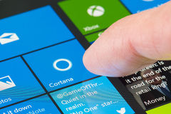 Χρησιμοποιώντας Cortana στην επιφάνεια υπέρ 4 Στοκ Φωτογραφίες
