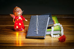 Χριστιανικά βιβλία με έναν σταυρό, τις χάντρες και έναν αριθμό ενός αγγέλου Στοκ Εικόνες