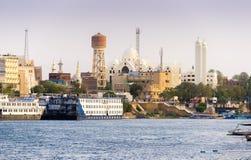 Χριστιανική εκκλησία Aswan με τον ποταμό και τις βάρκες του Νείλου Στοκ φωτογραφία με δικαίωμα ελεύθερης χρήσης