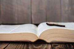 Χριστιανικός διαγώνιος και bivle στο ξύλινο υπόβαθρο Στοκ Εικόνα