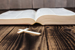 Χριστιανικός διαγώνιος και bivle στο ξύλινο υπόβαθρο Στοκ Εικόνες