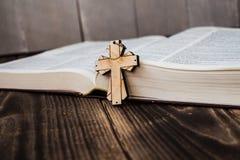 Χριστιανικός διαγώνιος και bivle στο ξύλινο υπόβαθρο Στοκ Φωτογραφία