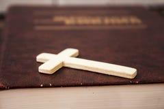 Χριστιανικός διαγώνιος και bivle στο ξύλινο υπόβαθρο Στοκ Φωτογραφίες