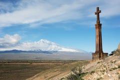 Χριστιανικός σταυρός κοντά στο αρχαίο μοναστήρι Khor Virap Στοκ Εικόνα