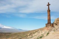 Χριστιανικός σταυρός κοντά στο αρχαίο μοναστήρι Khor Virap Στοκ εικόνες με δικαίωμα ελεύθερης χρήσης