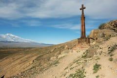 Χριστιανικός σταυρός κοντά στο αρχαίο μοναστήρι Khor Virap Στοκ φωτογραφίες με δικαίωμα ελεύθερης χρήσης