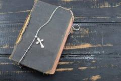 Χριστιανικός σταυρός με την παλαιά ιερή Βίβλο στον πίνακα Στοκ φωτογραφία με δικαίωμα ελεύθερης χρήσης