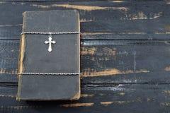 Χριστιανικός σταυρός με την παλαιά ιερή Βίβλο στον πίνακα Στοκ φωτογραφίες με δικαίωμα ελεύθερης χρήσης