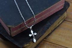 Χριστιανικός σταυρός με την παλαιά ιερή Βίβλο στον πίνακα Στοκ εικόνα με δικαίωμα ελεύθερης χρήσης