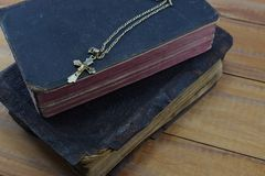 Χριστιανικός σταυρός με την παλαιά ιερή Βίβλο στον πίνακα Στοκ εικόνες με δικαίωμα ελεύθερης χρήσης