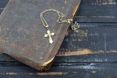 Χριστιανικός σταυρός με την παλαιά ιερή Βίβλο στον πίνακα Στοκ Εικόνα