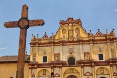 Χριστιανικός σταυρός μπροστά από τον αποικιακό καθεδρικό ναό Στοκ Φωτογραφίες