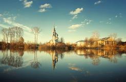 Χριστιανικός σταυρός σιδήρου χειμερινών τοπίων εκκλησιών Στοκ εικόνα με δικαίωμα ελεύθερης χρήσης