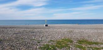 Χριστιανικός σταυρός στην ακτή Στοκ φωτογραφία με δικαίωμα ελεύθερης χρήσης