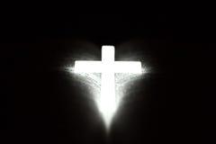 Χριστιανικός σταυρός στη Βίβλο Στοκ εικόνα με δικαίωμα ελεύθερης χρήσης