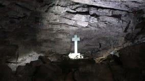 Χριστιανικός σταυρός στη σπηλιά πάγου Kungur, Ρωσία - 25 Μαΐου 2017 απόθεμα βίντεο