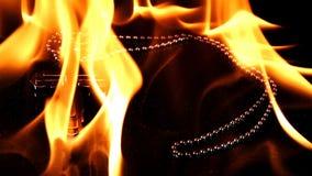 Χριστιανικός σταυρός συμβόλων θρησκείας στην πυρκαγιά κόλασης απόθεμα βίντεο