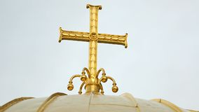 Χριστιανικός χρυσός σταυρός πάνω από το θόλο εκκλησιών, θρησκευτική αρχιτεκτονική, λατρεία απόθεμα βίντεο