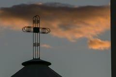 Χριστιανικό διαγώνιο Silhuette στους ουρανούς βραδιού στοκ εικόνες