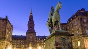 Χριστιανικό ΙΧ ιππικό άγαλμα βασιλιάδων μπροστά από Christiansborg Στοκ Εικόνες