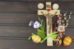 Χριστιανικό σύμβολο Πάσχας αυγών Προετοιμασία για τους εορτασμούς Πάσχας Ξύλινος σταυρός με Χριστό Στοκ Φωτογραφία
