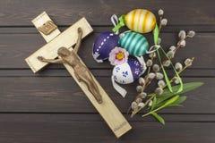 Χριστιανικό σύμβολο Πάσχας αυγών Προετοιμασία για τους εορτασμούς Πάσχας Ξύλινος σταυρός με Χριστό Στοκ Φωτογραφίες