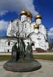 Χριστιανισμός Ρωσία, πόλη Yaroslavl, καθεδρικός ναός Uspensky και γλυπτό στοκ εικόνα