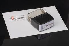 Χριστιανός - τετραγωνίδιο με έναν κρότωνα στη Λευκή Βίβλο με λαστιχένιο Stamper λαβών Έννοια πινάκων ελέγχου στοκ φωτογραφία με δικαίωμα ελεύθερης χρήσης