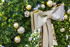 Χριστουγέννων αντιγράφων διακοσμήσεων κόκκινο διαστημικό δέντρο διακοσμήσεων εστίασης χρυσό μεγάλο στοκ εικόνες με δικαίωμα ελεύθερης χρήσης