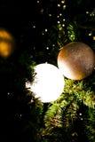 Χριστουγέννων αντιγράφων διακοσμήσεων κόκκινο διαστημικό δέντρο διακοσμήσεων εστίασης χρυσό μεγάλο στοκ εικόνα