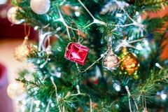 Χριστουγέννων αντιγράφων διακοσμήσεων κόκκινο διαστημικό δέντρο διακοσμήσεων εστίασης χρυσό μεγάλο στοκ φωτογραφίες