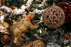 Χριστουγέννων αντιγράφων διακοσμήσεων κόκκινο διαστημικό δέντρο διακοσμήσεων εστίασης χρυσό μεγάλο Στοκ εικόνα με δικαίωμα ελεύθερης χρήσης
