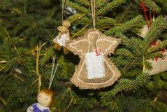Χριστουγέννων αντιγράφων διακοσμήσεων κόκκινο διαστημικό δέντρο διακοσμήσεων εστίασης χρυσό μεγάλο Στοκ Εικόνες