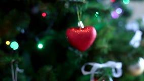 Χριστουγέννων αντιγράφων διακοσμήσεων κόκκινο διαστημικό δέντρο διακοσμήσεων εστίασης χρυσό μεγάλο απόθεμα βίντεο