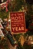 Χριστουγέννων αντιγράφων διακοσμήσεων κόκκινο διαστημικό δέντρο διακοσμήσεων εστίασης χρυσό μεγάλο Στοκ Φωτογραφία