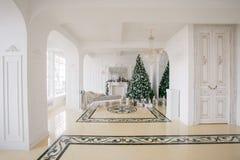 Χριστουγέννων δασικός knurled ευρύς χειμώνας ιχνών πρωινού χιονώδης κλασικά διαμερίσματα πολυτέλειας με μια άσπρη εστία, διακοσμη Στοκ Φωτογραφία