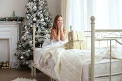 Χριστουγέννων δασικός knurled ευρύς χειμώνας ιχνών πρωινού χιονώδης Στοκ φωτογραφίες με δικαίωμα ελεύθερης χρήσης