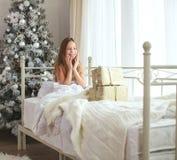 Χριστουγέννων δασικός knurled ευρύς χειμώνας ιχνών πρωινού χιονώδης Στοκ Εικόνα