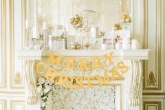 Χριστουγέννων δασικός knurled ευρύς χειμώνας ιχνών πρωινού χιονώδης Κλασικά διαμερίσματα με μια άσπρη εστία Στοκ Εικόνες