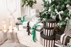 Χριστουγέννων δασικός knurled ευρύς χειμώνας ιχνών πρωινού χιονώδης κλασικά διαμερίσματα με μια άσπρη εστία, διακοσμημένο δέντρο, Στοκ Εικόνα