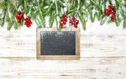 Χριστουγέννων διακοσμήσεων αειθαλής πίνακας κιμωλίας μούρων δέντρων κόκκινος Στοκ Φωτογραφία